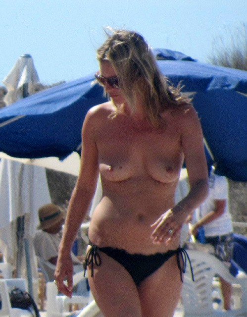 Супермодель Кейт Мосс загорает топлесс на Ибице