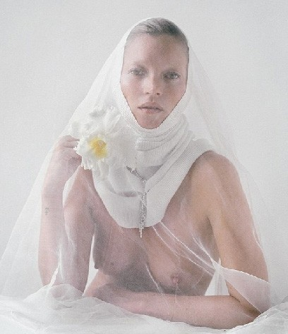 Кейт Мосс в образе сексуальной монашки