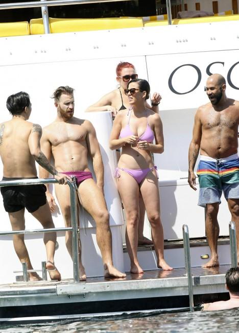 Кэти Перри с друзьями отдыхает на яхте