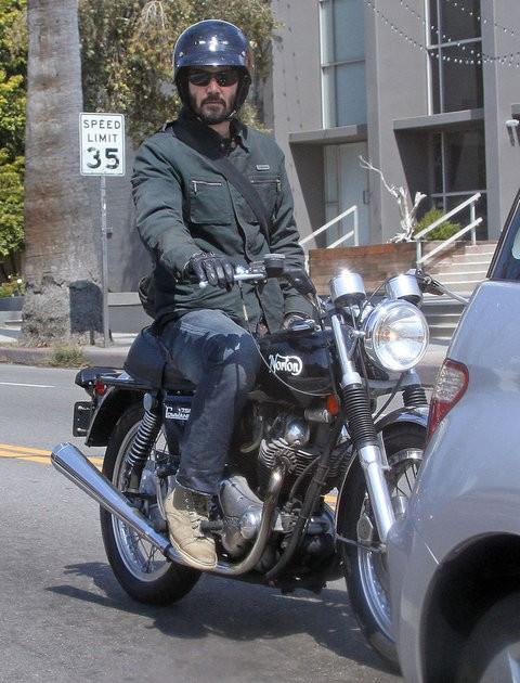 Киану Ривз гоняет на байке по Голливуду