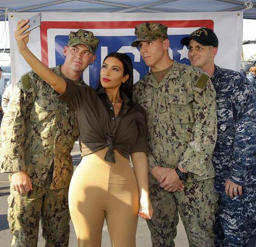 Ким Кардашян и американские военнослужащие