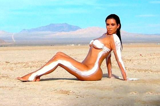 Ким Кардашьян полностью разделась в пустыне
