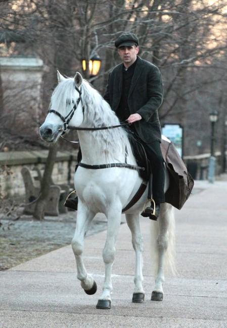 Колин Фаррел скачет по Нью-Йорку на белом коне на съемках картины «Зимняя сказка»
