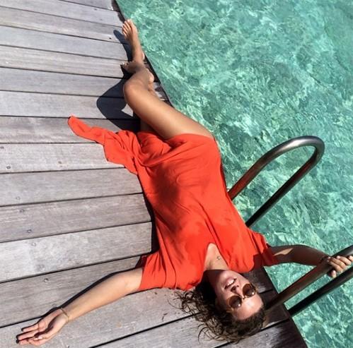 Ксения Собчак нежится у бассейна