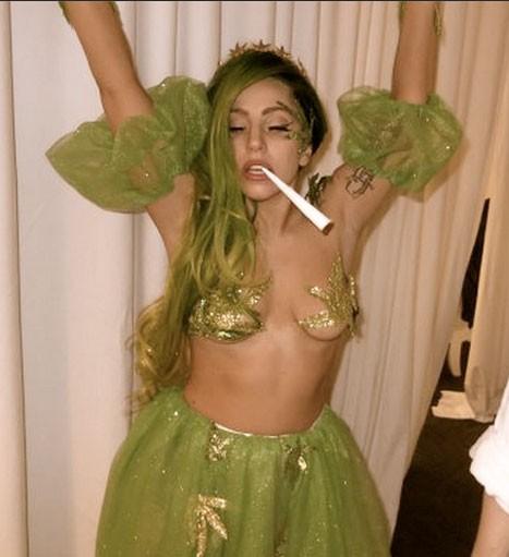 Леди ГаГа отпраздновала Хэллоуин с голой грудью