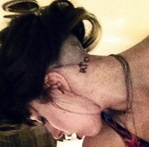 Леди ГаГа сделала татуировку на шее