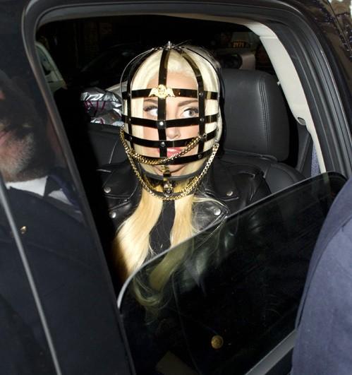 Новый костюм Леди ГаГа — клетка на голове