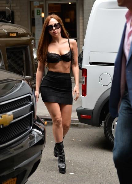 Похудевшая Леди ГаГа разгуливает по улицам Манхэттена в бюстгальтере