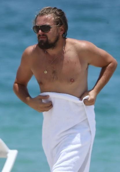 Леонардо ди Каприо укрывается полотенцем на пляже
