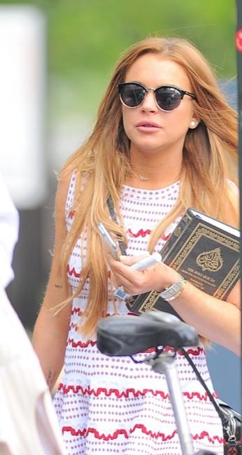 Принявшую ислам Линдси Лохан сфотографировали на улице с Кораном в руках