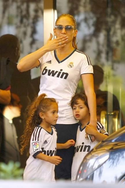 Дженнифер Лопес с детьми болеет за мадридский «Реал»