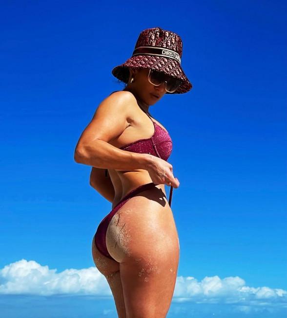 51-летняя Дженнифер Лопес похвасталась подтянутой попкой