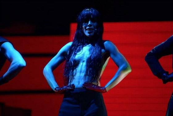 Победительница «Евровидения» Лорин спела с голой грудью