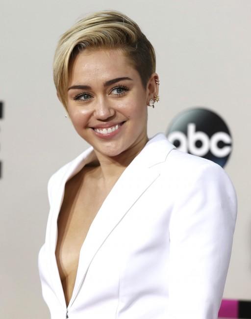 Майли Сайрус пришла на церемонию American Music Awards в пиджаке на голое тело