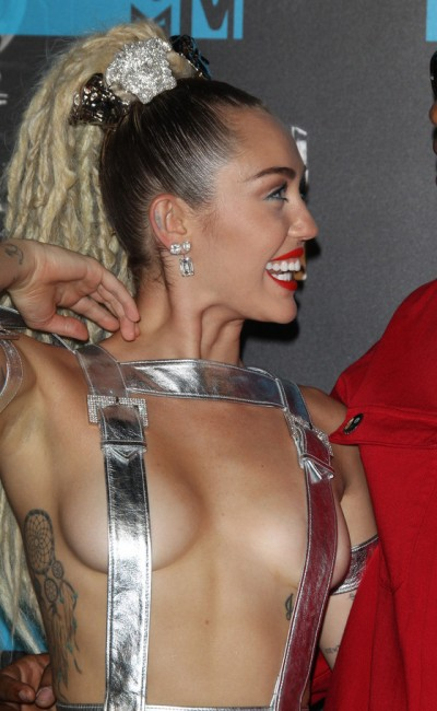 Майли Сайрус провела церемонию MTV практически голой