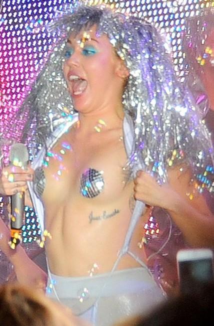 Новогодний концертный костюм Майли Сайрус