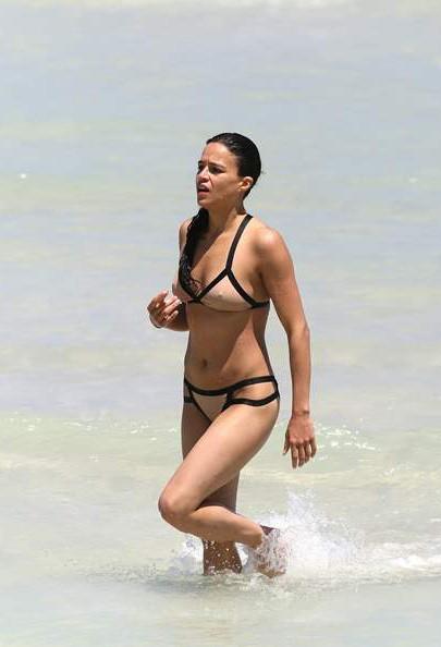 Мишель Родригес на пляже в Майами