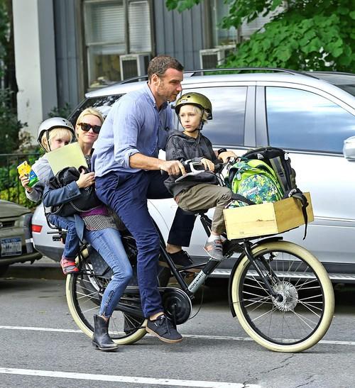 Наоми Уоттс с супругом Ливом Шрайбером и двумя детьми на одном велосипеде