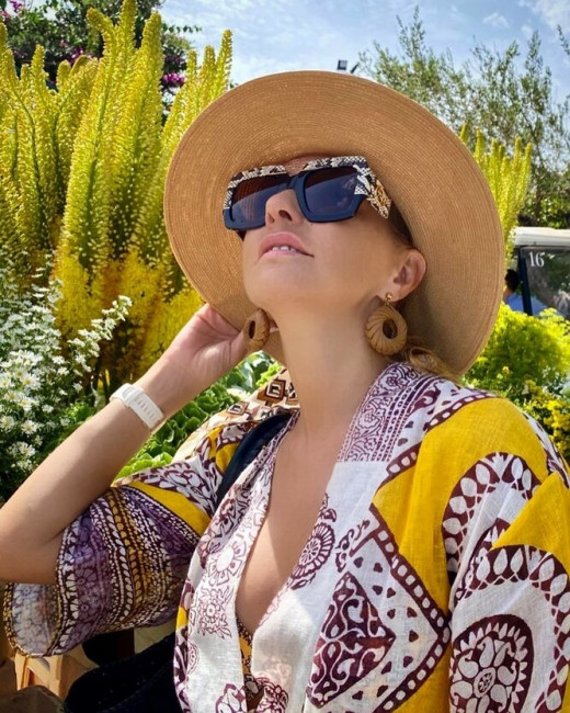 Татьяна Навка сверкнула грудью в бикини