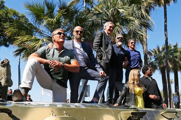 Актеры фильма «Неудержимые 3» приехали на Каннский кинофестиваль на БТРах