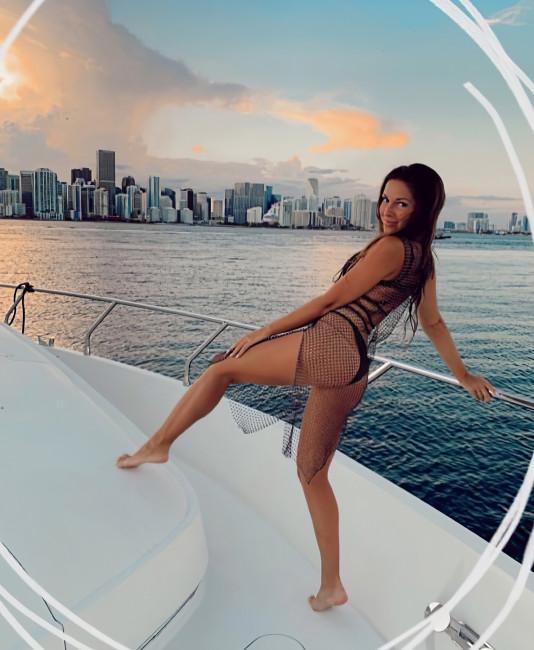 Певица Нюша резвится на яхте
