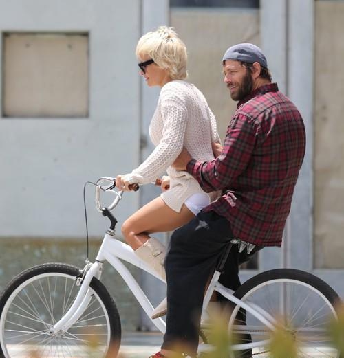 Памела Андерсон на велопрогулке с супругом