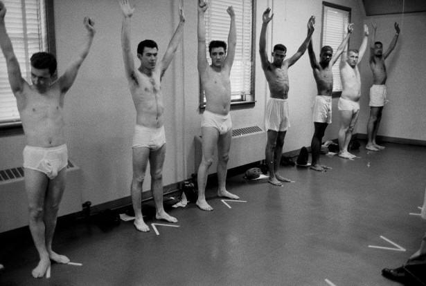 Ретрофото. Элвис Пресли на призывной комиссии. США. 1958 год