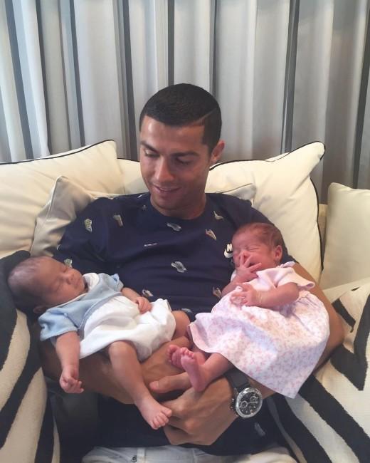 Криштиану Роналду со своими новорожденными двойняшками
