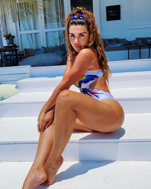 Анна Седокова ответила злопыхателям, заметившим у нее целлюлит, идеальным фото