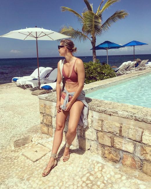 Мария Шарапова поделилась фотографией в купальнике