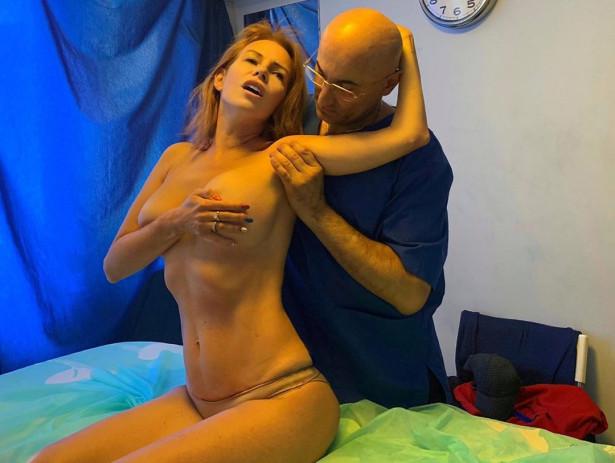53-летней Наталье Штурм делают массаж