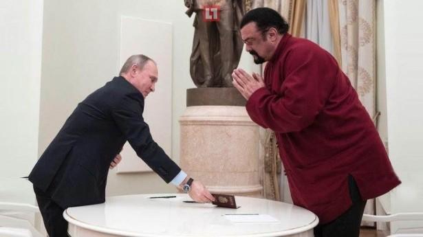 64-летний актер Стивен Сигал в полусогнутом состоянии получает российский паспорт