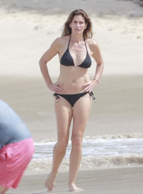 50-летняя Синди Кроуфорд загорает на пляже
