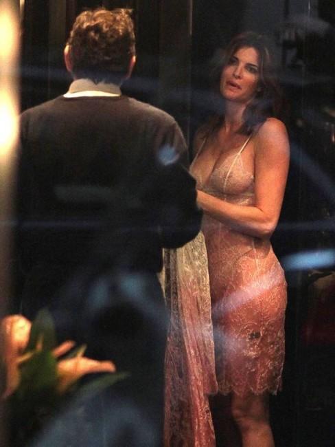 45-летняя Стефани Сеймур примеряет прозрачное бельё