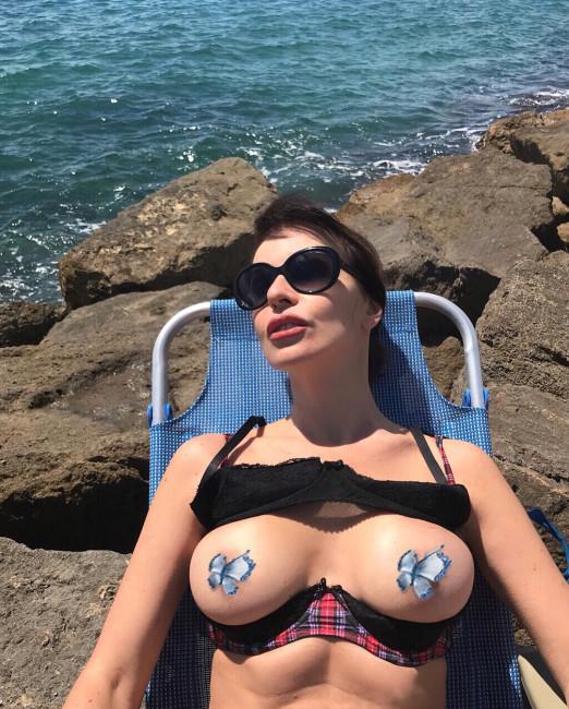 51-летняя Наталья Штурм загорает с голой грудью