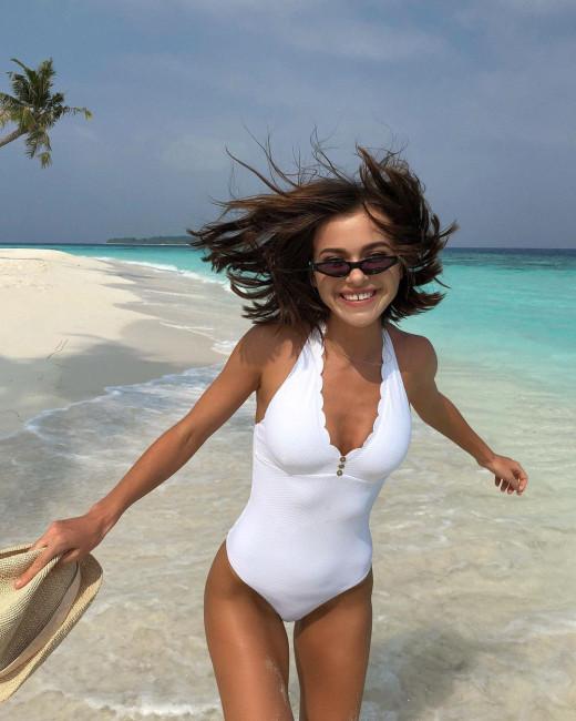 Елена Темникова поделилась пляжным фото в купальнике