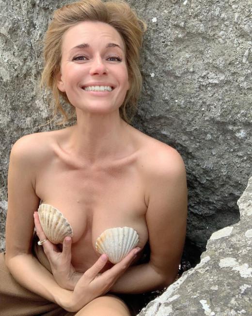 42-летняя Любовь Толкалина снялась с голой грудью