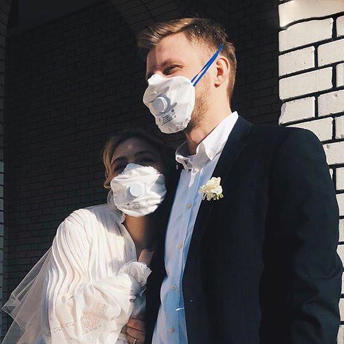 Актриса Таисия Вилкова вышла замуж в медицинской маске