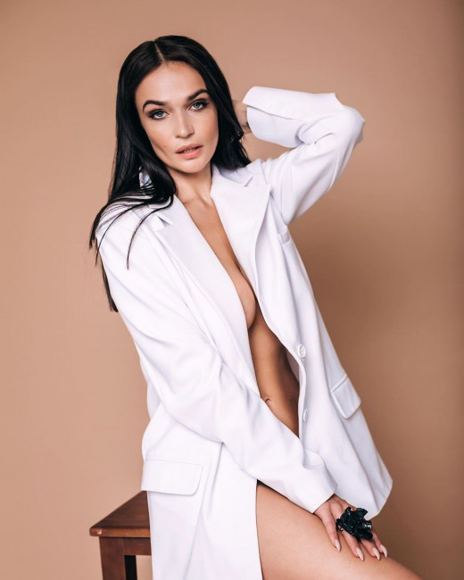 Алена Водонаева снялась в пиджаке на голое тело