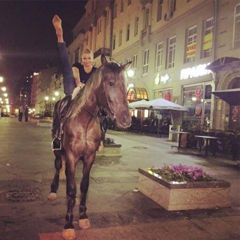 Анастасия Волочкова демонстрирует растяжку верхом на лошади