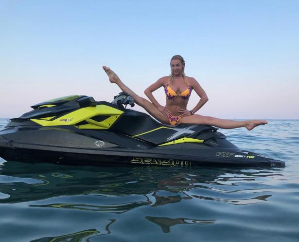 Анастасия Волочкова продолжает шокировать своими шпагатами