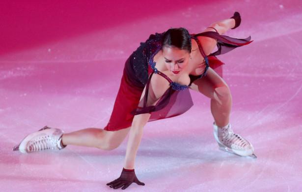 Алина Загитова и ее откровенный наряд на ледовом шоу
