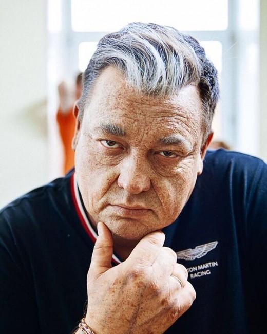 Загримированный в старика Сергей Жуков на съемках клипа «Когда мы были молодыми»